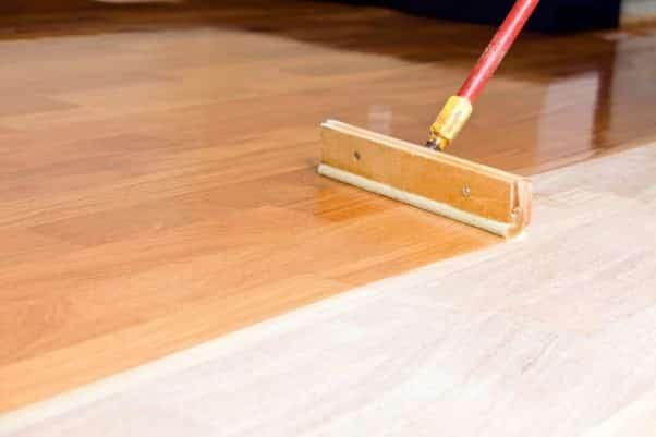 application lasure parquet bois