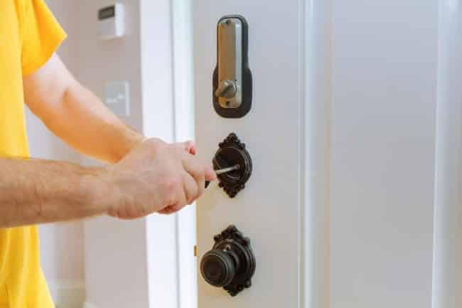 serrurier ouvrant une porte